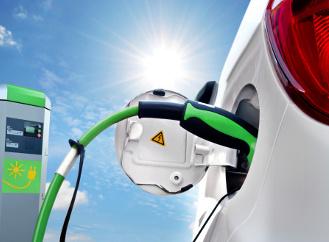 """CNG, biopalivo, elektromotor a hybridy. Jak se jezdí """"zeleněji"""" v Česku?"""