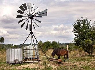 Vymyslel revoluční větrné čerpadlo, které čistí vodu Mongolům i Ghaňanům. Stojí 20 tisíc korun