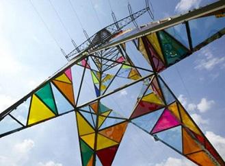 Jak oživit stožáry vysokého napětí? Barevné vitráže jim sluší