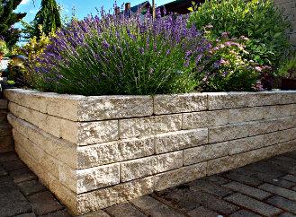 Betonové tvárnice z přírodních materiálů zkrášlí vaši zahradu