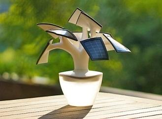 Solární bonsaj: Netradiční nabíječka na mobil a lampa v jednom