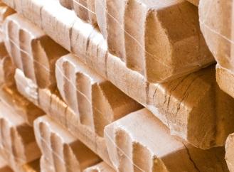 Topíme dřevěnými briketami: Na co se zaměřit při výběru?