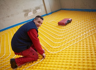 Montáž podlahového vytápění: Jak si ověřit tržní cenu a kde sehnat firmu?
