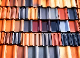 Skládaná střecha je v Česku oblíbená. Výhodou je hlavně dlouhá životnost střešní krytiny