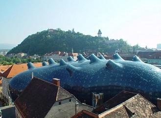 Budova rakouského muzea ve tvaru obřího vemene vyrábí elektřinu ze slunce