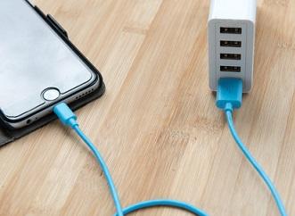 Nevybuchne vám telefon? Mýty o USB, jak nabíjet malou domácí elektroniku.