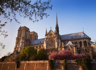 Katedrála Notre-Dame v Paříži září díky novému LED osvětlení