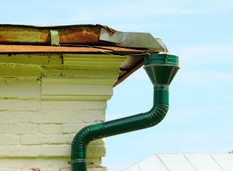 Jak na jarní revizi střechy a okapů. Zvládnete to sami