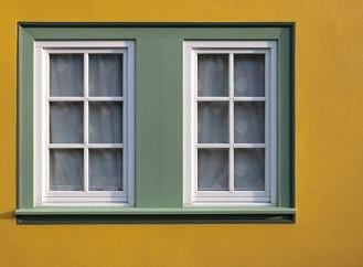 Plastová okna nemusí jen dobře izolovat teplo