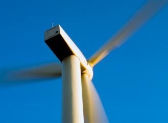 Bezvětří jim nevadí. Větrné elektrárny na moři produkují energii, i když nefouká!