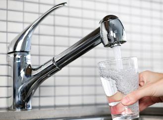Proč platíme za vodu, když její spotřeba klesá?