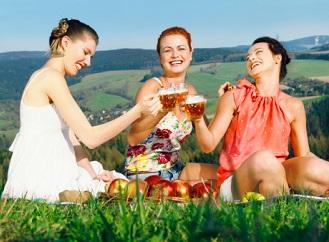 Jak vypadá pivo sbalené na výlet? Na těžké lahve a neekologické plechovky zapomeňte!