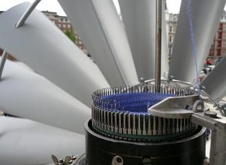 Potřebujete šálu na zimu? Uplete vám ji větrná turbína!