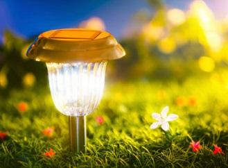 Solární osvětlení zpříjemní večery na zahradě, je bezpečné, ekologické a efektní