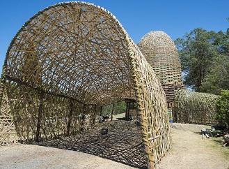 Jak vypadá bambusová stavba upletená na způsob obřího košíku?