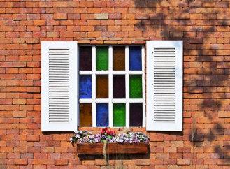 Se stíněním domu v letních měsících může pomoci síťovina do oken