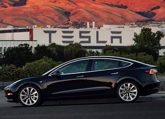 Tesla Model 3 už se vyrábí: Stane se elektromobilem do každé rodiny?
