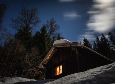Jak zabezpečit chatu před krádežemi během zimy?