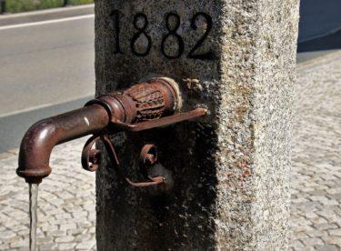 Tvrdá voda škodí kuchyňským spotřebičům, lidem ale prospívá