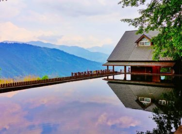 Bazén jako z wellness centra. Dokonale rovnou hladinu a dlažbu v designu dřeva můžete mít i vy