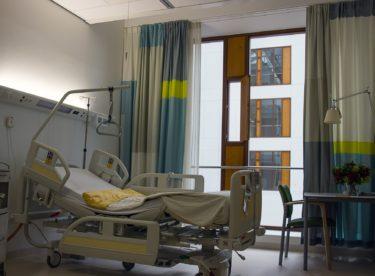 Kraje se při opravách nemocnic potýkají s vyšší cenou stavebních prací i nedostatkem zedníků