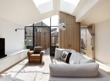 Skladiště přeměněné na dům plný světla