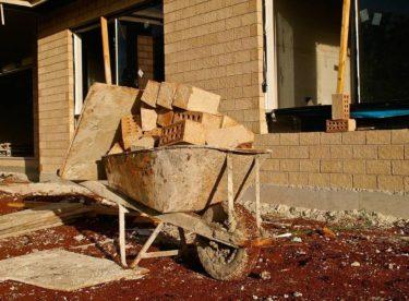 Stavebnictví zatím výrazně nezpomaluje. Svépomocní stavebníci ale obtížněji nakupují materiál