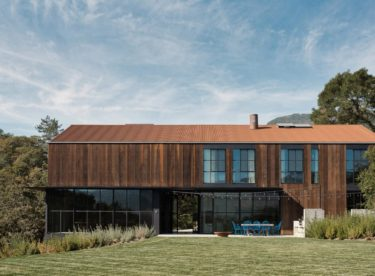 Recyklované dřevo a rezavý plech. Výsledkem je nádherný dům