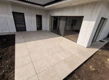 Vhodná dlažba, hydroizolace, přívod elektřiny… Co všechno je potřeba zvážit při budování terasy?