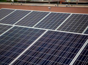 V Česku vznikl rekordní počet malých solárních elektráren. Větších projektů je ale méně