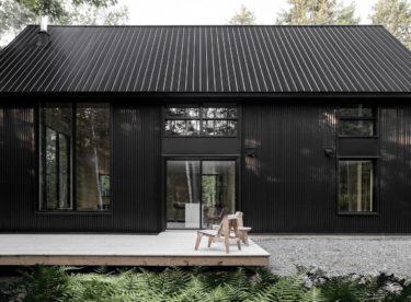 Krásná kovová chata skrytá uprostřed kanadských lesů