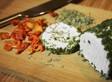 Vyrobte si doma lahodný a levný sýr. Je to snadné, potřebujete však trpělivost