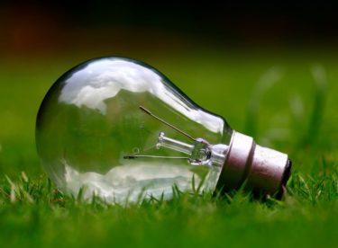 S rozšiřováním obnovitelných zdrojů klesá cena na výrobu zelené elektřiny, přesto ji běžní dodavatelé nabízejí dráž