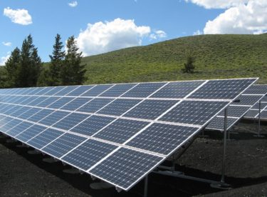 Domácnost poháněná sluncem a větrem. Jak skutečně fungují dodávky zelené elektřiny?