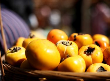 Brzy začne sezóna superzdravého ovoce Kaki – vytvořte z něj chutný dezert a salát