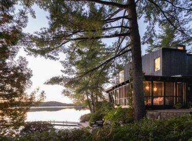 V téhle chatě u jezera byste chtěli strávit nejen víkend