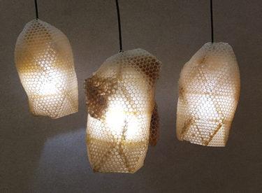 Stínidla na lampy vyrobená včelami