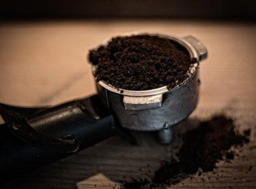 Kávový lógr jako hnojivo
