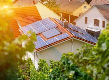 Boom domácích elektráren v Česku pokračuje. S jejich financováním pomohou zelené úvěry i prodej přebytečné energie