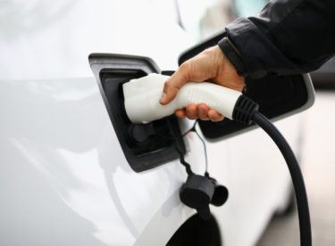 Levnější než zadarmo. Se zelenou elektřinou využijete elektromobil naplno, a ještě si necháte za nabíjení platit