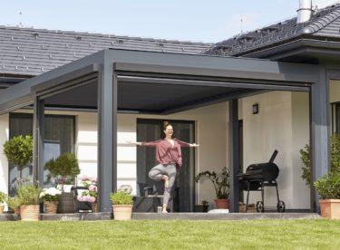 Venkovní stínění vám dopřeje pohodové léto i bez klimatizace. Venku se ochladíte pod pergolou.