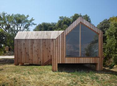 Dřevěný degustační pavilon s výhledem na vinici