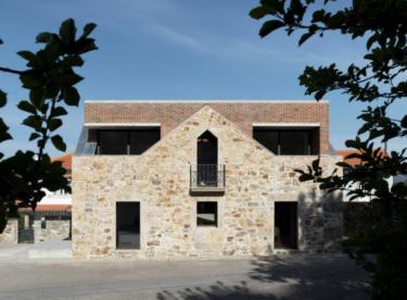 Netradiční rekonstrukce – cihlový dům vložený do původní kamenné stavby