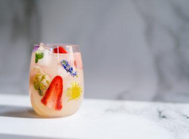 Bylinkové, kávové, květinové – obohaťte své nápoje krásnými ledovými kostkami