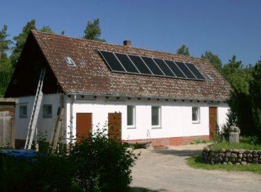Vyrábět na chalupě vlastní elektřinu je stále oblíbenější. Přebytky dodané do sítě navíc můžeme spotřebovat i doma