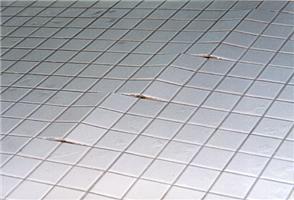 S klima podlahou BEKOTEC-THERM nedojde kvydutí podlahy, jak tomu bývá při nesystémovém provádění dlažeb