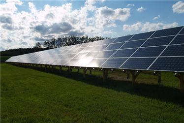 Podle kritiků některé solární elektrárny narušují ráz krajiny, tato stojí celkem vústraní