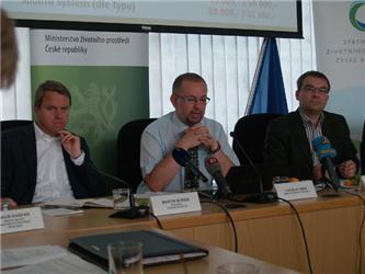 Současný ministr životního prostředí Ladislav Miko se svým předchůdcem Martinem Bursíkem na tiskové konferenci
