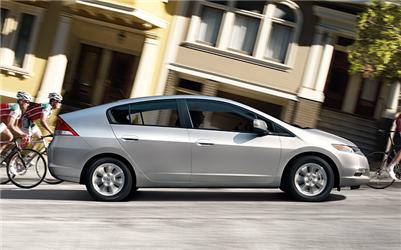 Honda Insight má aerodynamický tvar anízké emise.