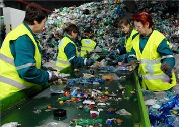Odbyt azpracování plastového odpadu jsou vhorší situaci než papírový odpad. To je způsobeno nízkou poptávkou po výsledných produktech. Zdroj: MŽP
